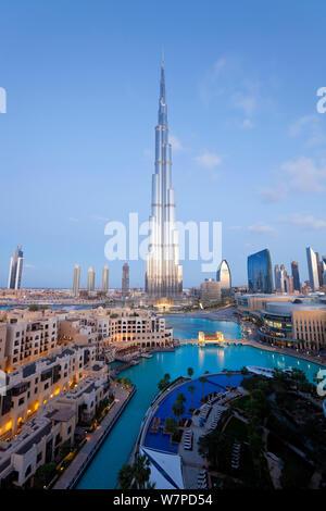 Der Burj Khalifa in der Dämmerung, im Jahr 2010 abgeschlossen, der höchste Mann Struktur, die in der Welt gemacht, Dubai, Vereinigte Arabische Emirate 2011 - Stockfoto