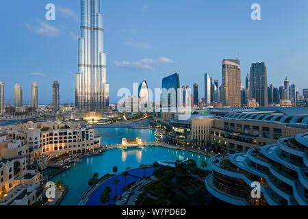 Der Burj Khalifa mit luxuriösen Entwicklung unten, im Jahr 2010 abgeschlossen, der höchste Mann Struktur, die in der Welt gemacht, Dubai, Vereinigte Arabische Emirate 2011 - Stockfoto