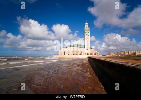 Shoreline Blick auf die Hassan-II.-Moschee, die drittgrößte Moschee der Welt, Casablanca, Marokko, 2011 - Stockfoto