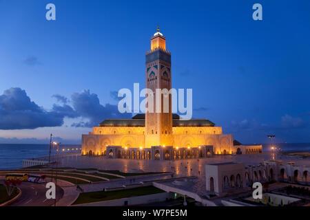 Hassan-II.-Moschee, die drittgrößte Moschee der Welt in der Nacht beleuchtet, Casablanca, Marokko, 2011 - Stockfoto