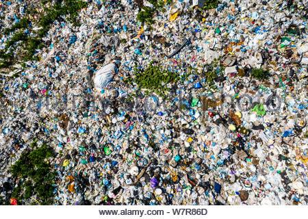 Luftaufnahme von dump im Wald. Umweltverschmutzung Konzept, Ansicht von oben. - Stockfoto