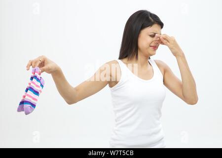 Junge Frau mit schmutzigen Socken - Stockfoto