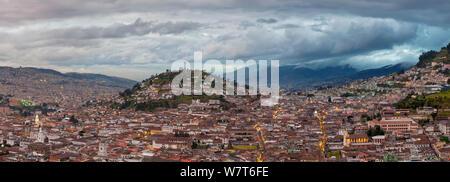 Panorama der Stadt und die Jungfrau von Quito auf Panecillo Hill von der Basilika, Quito, Ecuador, September 2010. - Stockfoto