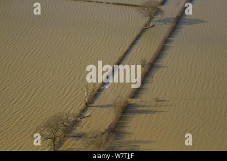 Antenne der Straße durch landwirtschaftliche Flächen überflutet von Februar 2014 Überschwemmungen von Severn Valley, Gloucestershire, England, UK, 7. Februar 2014. - Stockfoto