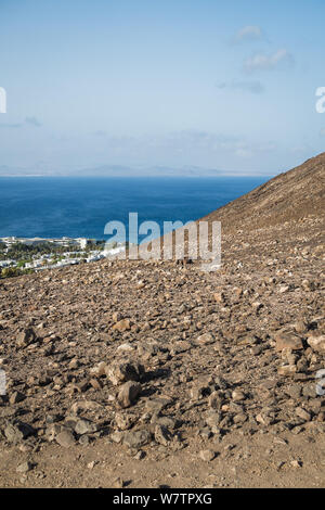 Fuerteventura und das Meer vom Roten Berg in Lanzarote - vertikale Landschaft