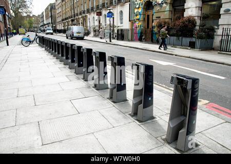Barclays Fahrradverleih Docking Station, die auf einen Wochentag morgens leer, Kings Cross, Londoner Stadtteil Camden, England, UK, April 2013. - Stockfoto