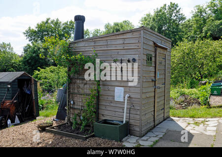 Kompost Toilette oder Waschbecken mit Lüftung Rohr zeigen auf der Rückseite, Alexandra Palace Zuteilungen, London Borough von Haringey, UK, Juni 2013. - Stockfoto