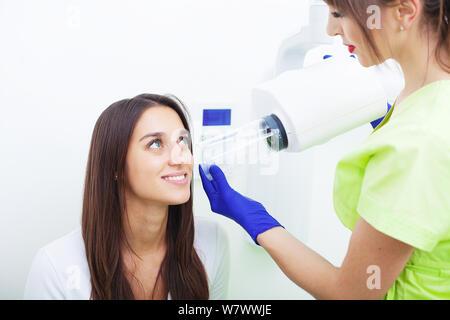 Weiblichen Zahnarzt unter einem Röntgen der Zähne ist ein weiblicher Patient - Stockfoto