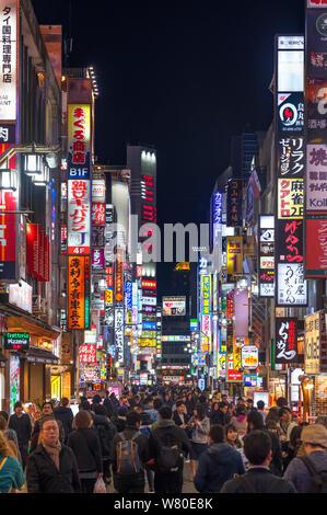 Kabukicho, Tokio. Geschäfte und Restaurants in der Nacht in der kabukichō Bezirk, Shinjuku, Tokyo, Japan - Stockfoto