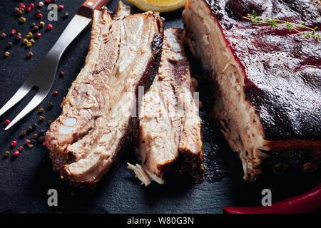 Nahaufnahme der Jamaikanischen geröstete Ruck Schweinebauch mit knusprigen verkohlte Haut, horizontale Ansicht von oben - Stockfoto