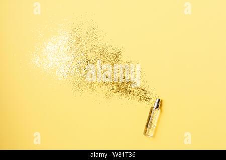 Elegante Flasche Parfüm mit Spray von funkelt auf gelben Hintergrund. Luxus parfum Konzept. Kreative trendige Flach mit Platz für Text. - Stockfoto
