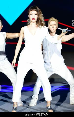 Taiwanesische Sängerin Jolin Tsai führt während einer jährlichen Partei für ein Unternehmen in Shanghai, China, 15. Februar 2017. - Stockfoto