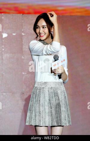 Chinesische Schauspielerin Tang Yan stellt während einer jährlichen Partei für ein Unternehmen in Shanghai, China, 15. Februar 2017. - Stockfoto
