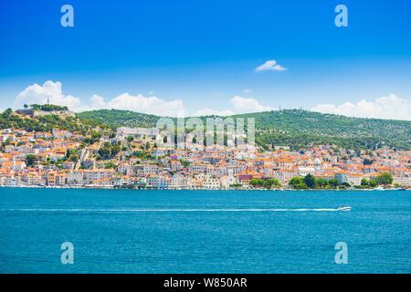 Stadt Sibenik an der adriatischen Küste in Dalmatien, Kroatien, Panoramablick vom Meer - Stockfoto