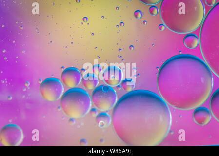 Öl Tropfen in Wasser. Abstrakte psychedelische Muster Bild bunt. Zusammenfassung Hintergrund mit bunten Farbverläufe.
