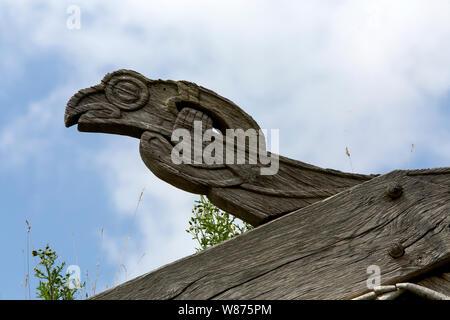 Holzschnitzerei mit mythologischen Figuren an der fascia Board auf dem rekonstruierten historischen Häuser von der Wikingerzeit im Ribe Viking Center, Dänemark. - Stockfoto