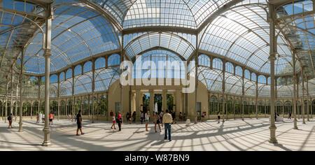 Horizontale Panoramablick des Palacio de Cristal in Retiro Park in Madrid. - Stockfoto