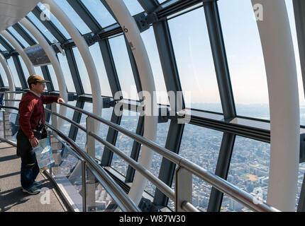 Blick über die Stadt von der Tembo Galleria auf den Etagen 445 - 450 Skytree, Tokyo, Tokio, Japan - Stockfoto