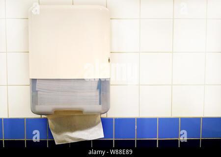 Papierhandtuchspender an der Wand im Badezimmer - Stockfoto