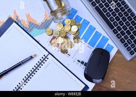 Diagramme, Schaubilder, Notebooks, Pen und Münzen. Business Konzept - Stockfoto