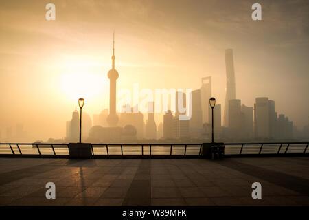 Skyline von Shanghai Stadtbild in Moring an luajiazui Finanz- und Geschäftsviertel Trade Zone in Shanghai, China. - Stockfoto