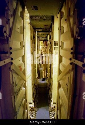 Chief Petty Officer Jackie Staton prüft das Tomahawk Missile Launch Rohre an Bord der Spruance Klasse Zerstörer USS John Young (TT 973), wie das Schiff im Persischen Golf am Feb 9, 1998 betreibt. Die John Young ist von seinem Heimathafen San Diego, Calif eingesetzt, bis zum Persischen Golf zur Unterstützung der Operation Southern Watch, der USA und der Koalition die Durchsetzung der no-fly-Zone im Süden des Irak. Staton ist ein Marine gunner mate. - Stockfoto