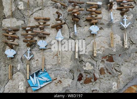 Maritime Glockenspiel im Wind/photo Halter hängenden draussen auf die Wand von einem Souvenirshop in Rovinj, Istrien, Kroatien, Europa. - Stockfoto