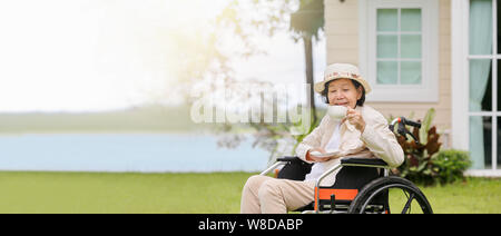 Ältere Frau im Hinterhof entspannen - Stockfoto