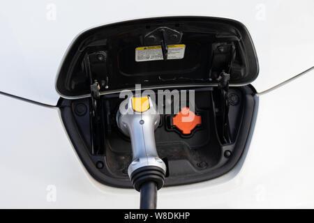 Elektrische Auto auf Parkplatz in Cluj Napoca, Rumänien - Stockfoto