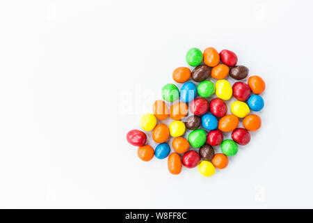 Candy liegen auf weißem Hintergrund. Die hellen und bunten Süßigkeiten Ansicht von oben. Flach. Kopieren raum Vorlage. Ungesunde Konzept Essen - Stockfoto