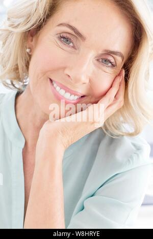 Reife Frau in Richtung Kamera lächelnd. - Stockfoto