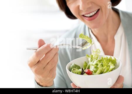 Reife Frau Salat. - Stockfoto