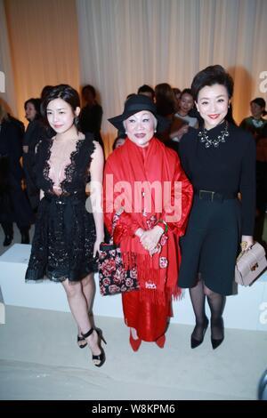 Taiwanesische Schauspielerin Michelle Chen, Links, und Chinesische Geschäftsfrau und TV hostess Yang Lan, rechts, nehmen an der Fashion Show von Lanvin in Paris Fa - Stockfoto