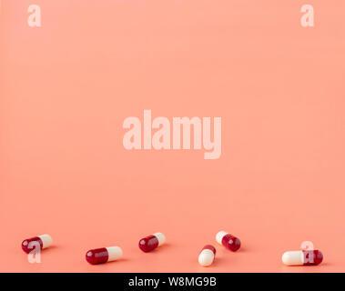 Die Streuung der roten und weißen Droge Kapseln - Stockfoto