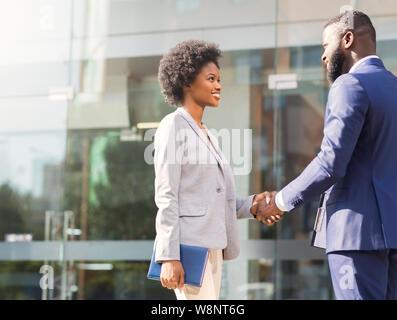 Schön Sie zu treffen. Zwei afrikanische Geschäftsleute Einführung im Freien - Stockfoto