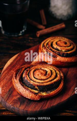 Brötchen mit Mohn. Glas schwarzen Kaffee - Stockfoto