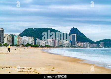 RIO DE JANEIRO, BRASILIEN - 2. MÄRZ 1916: Blick auf den Strand von Copacabana in Rio de Janeiro am Abend - Stockfoto