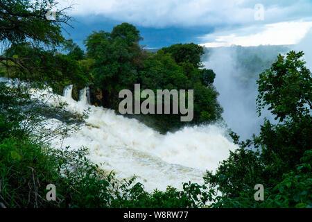 Victoria Falls ist ein Wasserfall im südlichen Afrika auf dem Sambesi Fluss an der Grenze zwischen Sambia und Simbabwe. Stockfoto