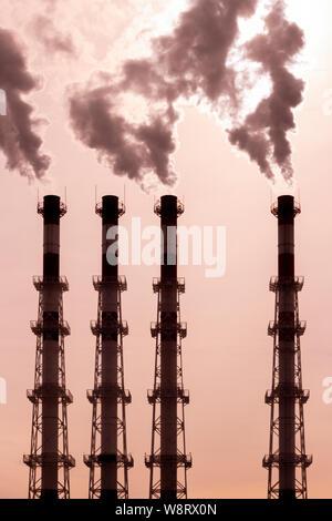Leitungen freigeben der dunkle Rauch, Dampf Dampf. Umweltverschmutzung, die Verunreinigung der Luft durch giftige Dämpfe. Vergiftete Atmosphäre - Stockfoto