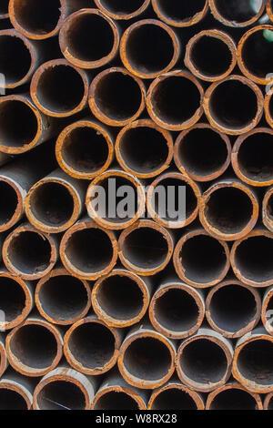 Rostiges Metall Rohre, Textur Hintergrund, Schrott vertikale - Stockfoto
