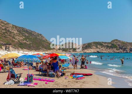 Massen am Strand von Patara in der Türkei - einem der längsten Strände in der Türkei, der Rest der Strand ist ziemlich menschenleer, abseits der Massen. - Stockfoto