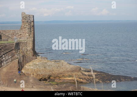St Andrews Burgruine und Schloss Sands Beach - Stockfoto
