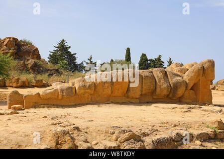 Riesige Telamon, Atlas, die Statue des Zeus Tempel im Tal der Tempel von Agrigento, Sizilien, Italien ruiniert. UNESCO-Weltkulturerbe. - Stockfoto