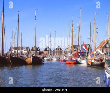 Traditionelle hölzerne Fischerboote im Hafen, Marken, Zaanstreek-Waterland, Noord-Holland, Königreich der Niederlande - Stockfoto