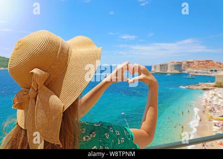 Junge schöne Frau in Dubrovnik die Hände geformte Herzen auf Frühling Sommer warmen sonnigen Tag. Mädchen mit Hut gerne draußen in ihre Reisen im südlichen C Stockfoto