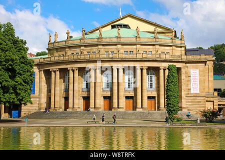 STUTTGART, DEUTSCHLAND - 12. JUNI 2019: Staatstheater Stuttgart Oper und Brunnen im Eckensee See, Deutschland - Stockfoto