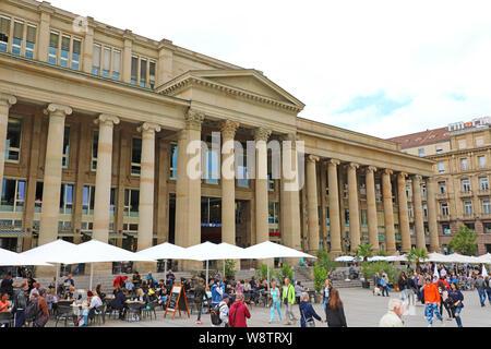 STUTTGART, DEUTSCHLAND - Juni 12, 2019: Touristen wandern in Schlossplatz mit Konigsbau Passage Shopping Mall im Hintergrund - Stockfoto