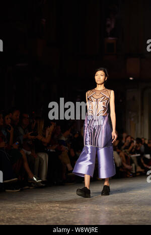Ein Modell zeigt eine neue Schöpfung an der Alberto Zambelli fashion Show, die im Rahmen der Mailänder Fashion Week Frühjahr/Sommer 2015 in Mailand, Italien, 22. September 20. - Stockfoto