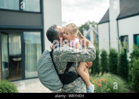 Offizier tragen einheitliche umarmte seine zarten Tochter - Stockfoto