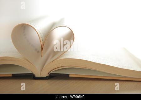 Zwei Seiten im offenen Buch, das eine Herzform erzeugt